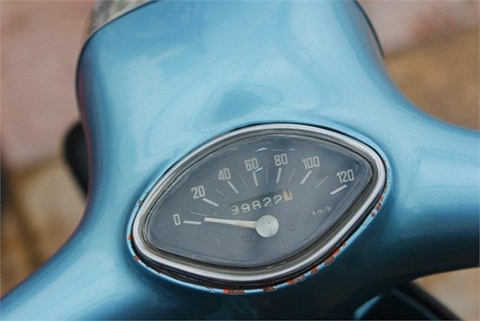 Trong đó, đồng hồ công-tơ-met của chiếc Vespa 150 Special đã chỉ đến số 99.822 km và có những vết hoen gỉ do thời gian.