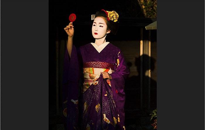 Hầu hết những Geisha đầu tiên đều là nam giới, họ mưu sinh bằng việc đi diễn, ca hát ở những khu giải trí sầm uất