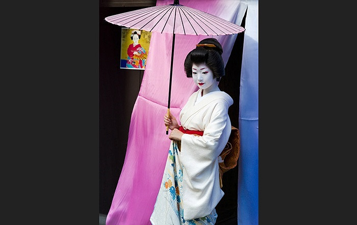 Đến giữa thế kỷ 18, hầu hết những Geisha là nữ giới, và tồn tại đến ngày nay