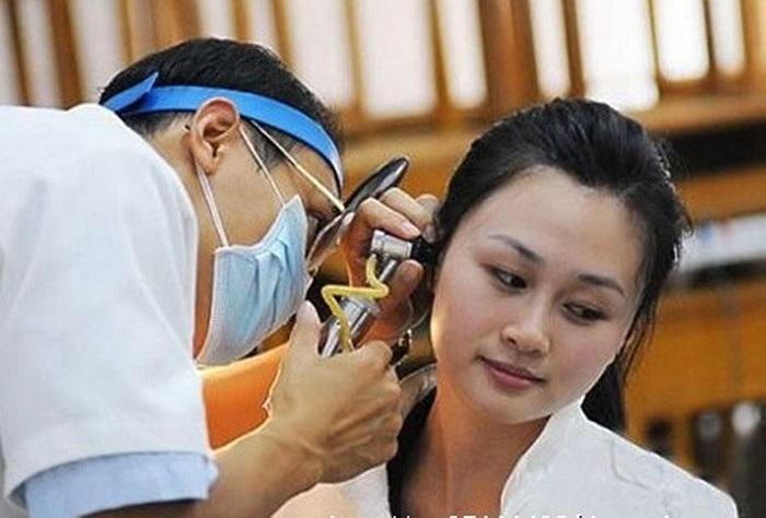 Nhân viên y tế kiểm tra tai của thí sinh