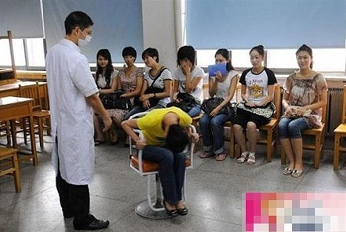 Nhân viên y tế bắt thí sinh ngồi ghế xoay cúi gập người xuống, quay trái quay phải, sau khi ngẩng đầu lên thí sinh nếu giữ được thăng bằng tỉnh táo thì qua