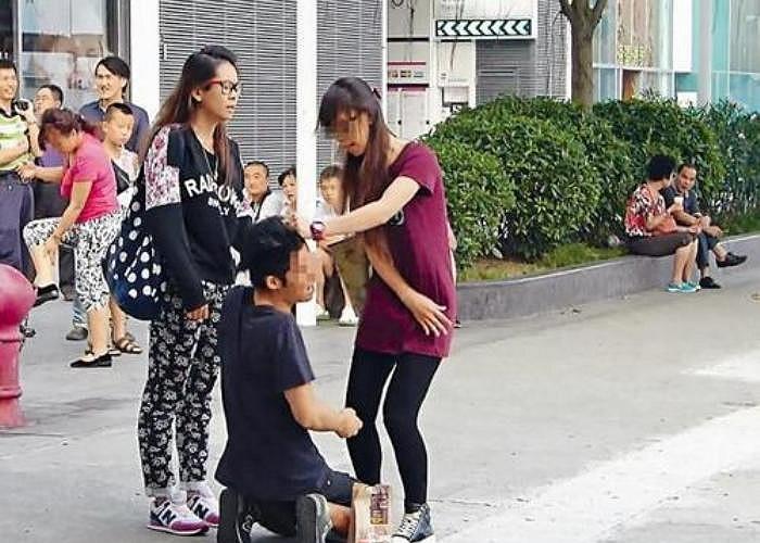 Một đoạn video clip mô tả cảnh chàng trai bị bạn gái bắt quỳ gối giữa phố và tát liên tiếp vào mặt đang gây xôn xao cộng đồng mạng tại Hồng Kông.