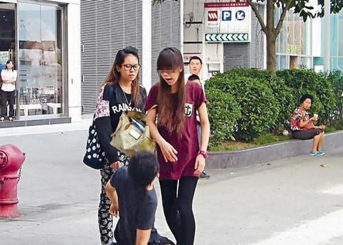 Bất ngờ, một trong hai cô gái này liên tục la hét vào mặt chàng trai bằng tiếng Quảng Đông (Trung Quốc).