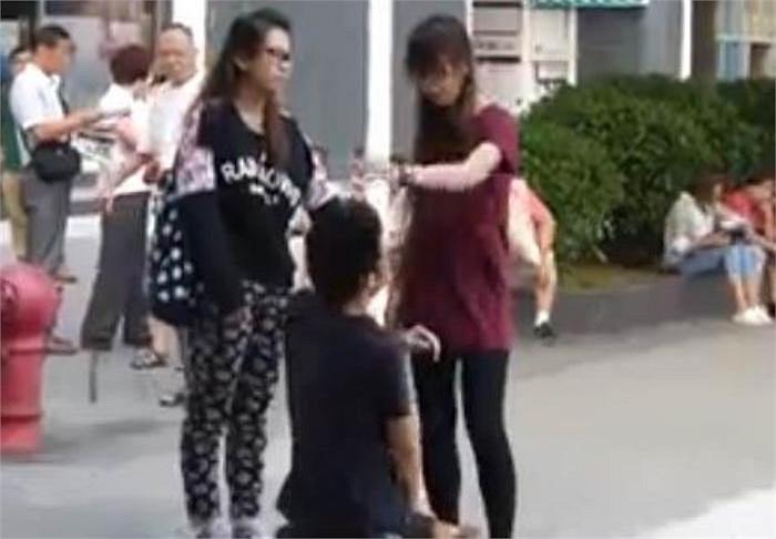 Chưa dừng lại ở đó, cô gái giấu tên bất ngờ giận giữ, nắm tóc và tát vào mặt của chàng trai.