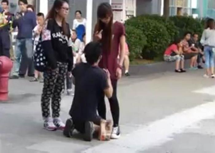 Theo tiết lộ từ truyền thông địa phương, chàng trai khoảng 23 tuổi, còn người phụ nữ đứng kế bên là một em họ của cô gái, người bị cho là dính líu tới vụ việc.