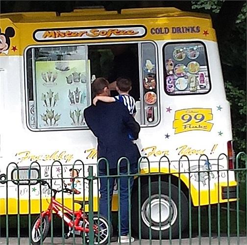 Rất tình cảm, Rooney đưa con ra chơi công viên, mua kem và tặng cho chúng những cơ hội tiếp xúc với cuộc sống bên ngoài