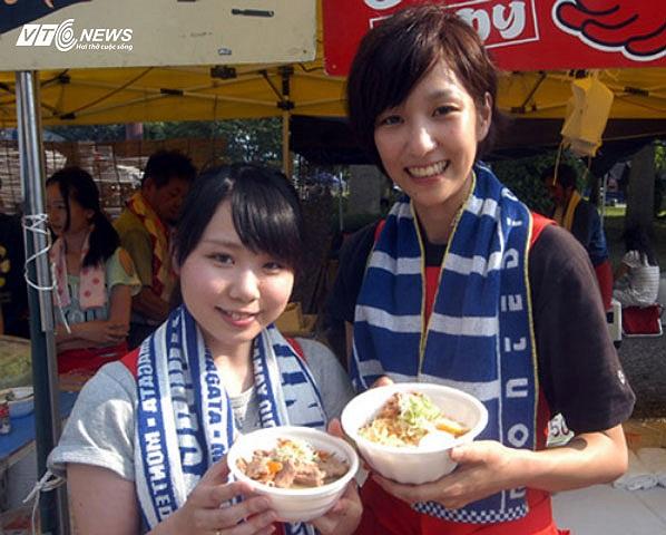 Đây tiếp tục là một chiêu quảng bá nữa của Consadole Sapporo. Còn nhớ, trước trận gặp Yokohama FC, CLB đã cho bán phở và nem rán Việt Nam để phục vụ CĐV