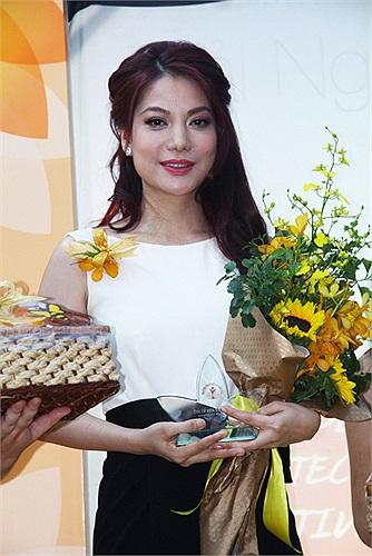 Diễn viên Trương Ngọc Ánh vừa được nhận giải thưởng cao quý 'Người phụ nữ của năm' do bạn đọc của một tạp chí dành cho phụ nữ bình chọn.