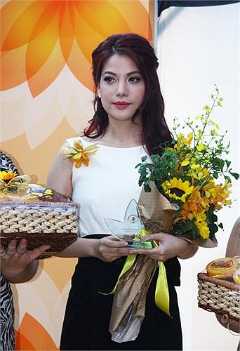 Bên cạnh Trương Ngọc Ánh còn có một số phụ nữ nhận được những giải thưởng khác.
