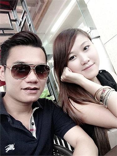 Khắc Việt khoe ảnh đi xem phim ngày mưa.