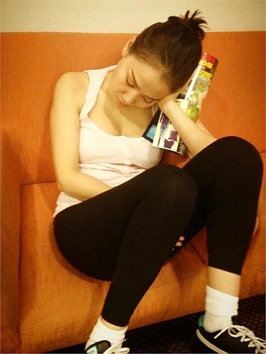 Thu Minh mệt nhoài ngủ gục trong lúc tập luyện.