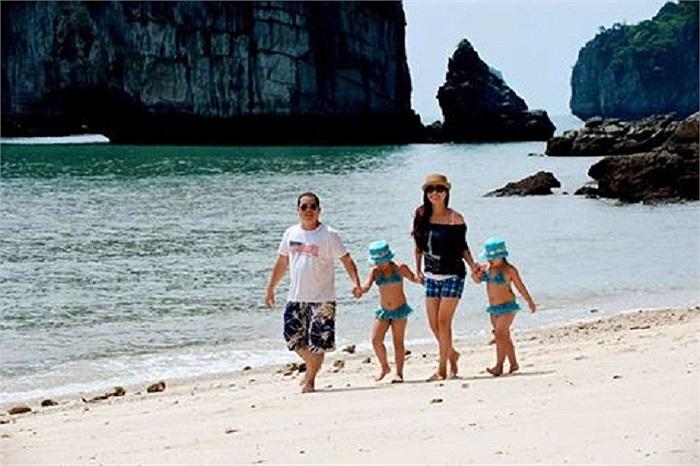 Gia đình Thúy Hạnh đang có những ngày nghỉ hạnh phúc ngoài biển.