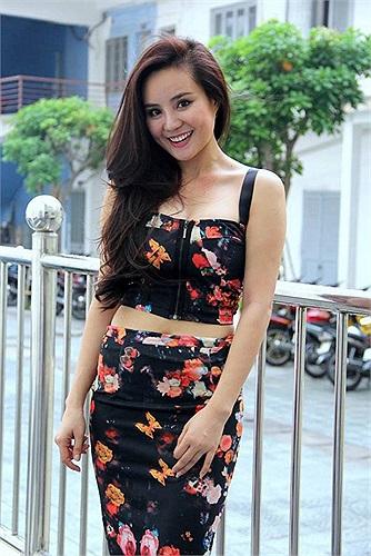 Vy Oanh khoe eo thon với áo crop top.
