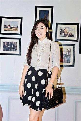 Á hậu Tú Anh mặc đơn giản vẫn đẹp.