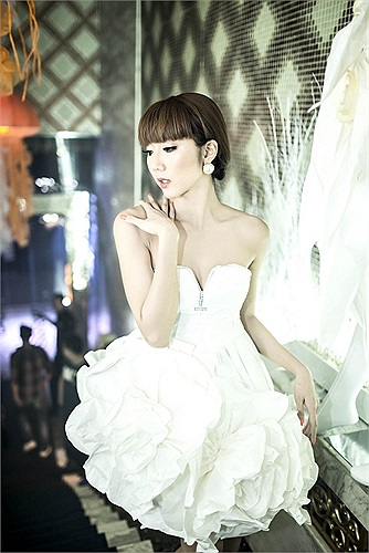 Trong bộ ảnh thời trang mới, Ngọc Quyên trắng xinh không tỳ vết, diện váy lộng lẫy như công chúa.