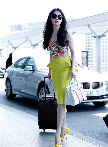 Ngọc Trinh diện crop top khoe eo thon ở sân bay.