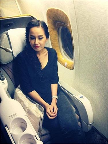Mai Phương Thúy ngủ trên máy bay.