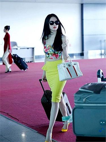 Phong cách thời trang sân bay của Ngọc Trinh lần nào cũng thu hút sự chú ý của nhiều người.