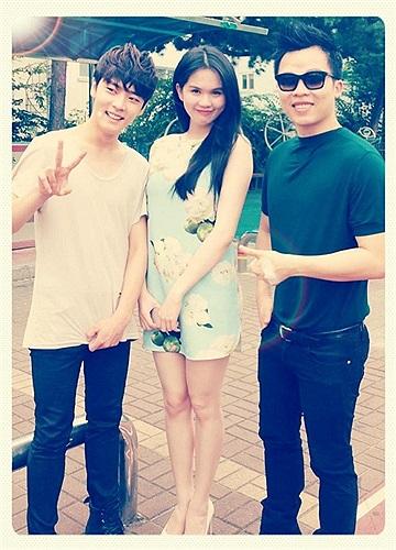 Ngọc Trinh cùng ông bầu tới tham quan công ty giải trí của Hàn Quốc.