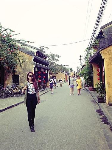 Chi Pu giữa phố cổ Hội An.