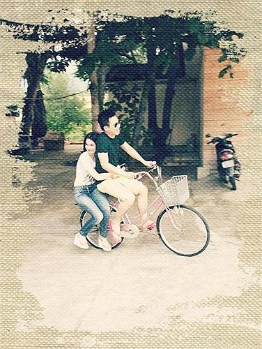 Ngọc Trinh dịu dàng ngồi sau xe đạp của Vũ Khắc Tiệp.