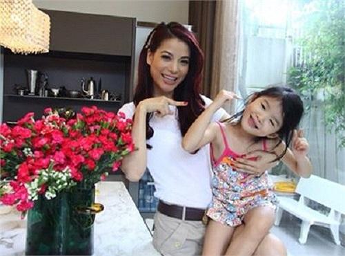 Trương Ngọc Ánh chụp ảnh cùng cô con gái dễ thương.