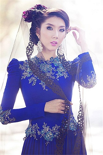 Ngọc Quyên diện áo dài cách điệu xanh chụp những bức hình nữ tính.