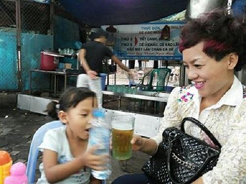 Thái Thùy Linh bên cô con gái đáng yêu.