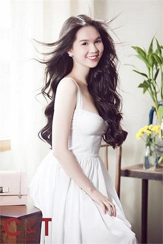 Ngọc Trinh váy trắng tinh khôi, khoe vẻ đẹp quyến rũ và làn da trắng bóc.