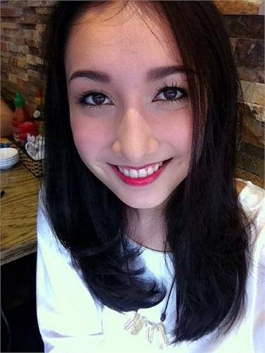 Anna Trương rạng rỡ trước khi đi chạy show.