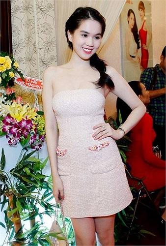 Xuất hiện trong một sự kiện cùng cô bạn Thái Hà, Ngọc Trinh diện một chiếc váy khó có thể nói là đẹp.
