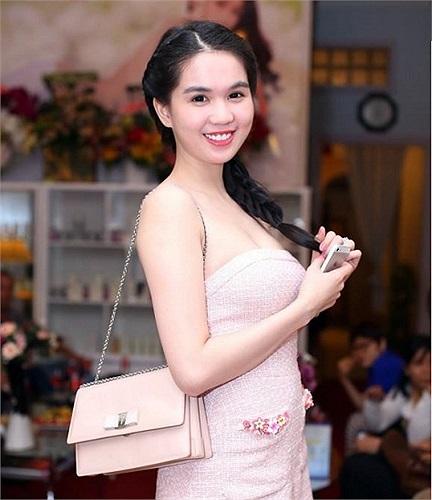 Ngọc Trinh vốn nổi tiếng biết cách kết hợp trang phục, dù là bình dân nhất vẫn tôn lên được vẻ đẹp của mình.