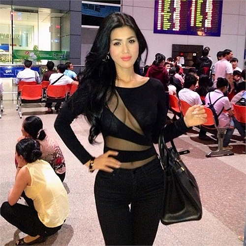 Người đẹp diện váy sexy quyến rũ ở sân bay.