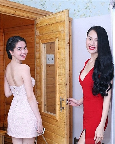 Ngọc Trinh đọ dáng cùng Thái Hà.