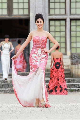 Hoa hậu Việt Nam 2010 đã có chuyến sang châu Âu trình diễn thời trang. Ngọc Hân khá chuyên nghiệp và ấn tượng.