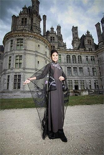 Ngọc Hân tạo dáng bên những lâu đài cổ kính.