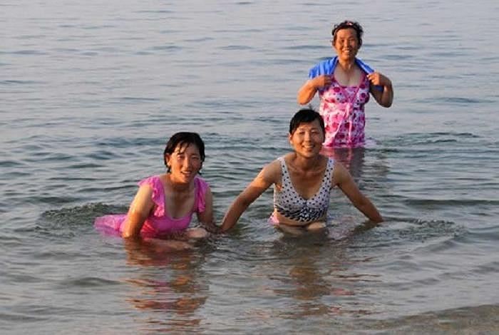 Phụ nữ Triều tắm biển với trang phục khá kín đáo