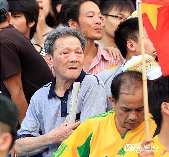 5000 khán giả xứ Thanh đã đến sân Hàng Đẫy chiều qua để cổ vũ cho thầy trò HLV Mai Đức Chung. Trong số này có cả những CĐV bô lão rất nhiệt thành. (Ảnh: Quang Minh)
