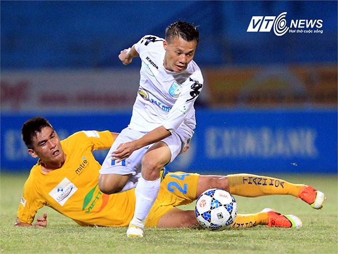 Thành Lương còn cùng với Ngọc Duy 'hành hạ' hai cánh của đội bóng xứ Thanh. (Ảnh: Quang Minh)