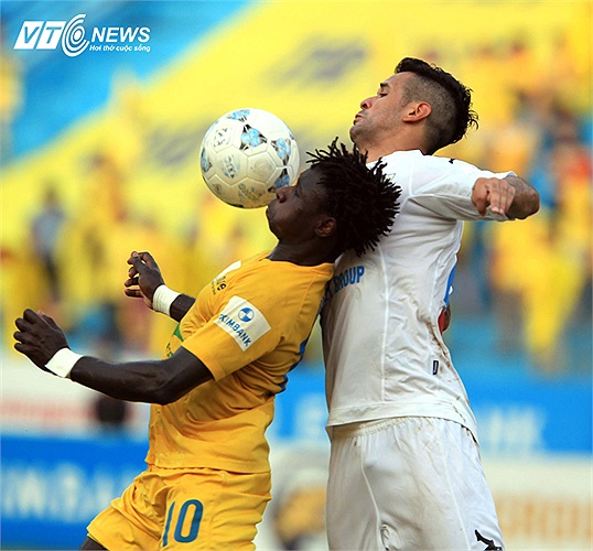 Trong khi đó, Gonzalo từ một tiền đạo mũi nhọn với hiệu suất ghi bàn khủng phải chấp nhận về đá trung vệ để vá vào chỗ của Cristiano. (Ảnh: Quang Minh)