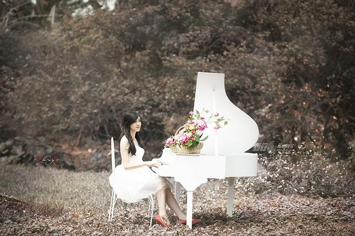 Khoe vẻ đẹp trong trẻo giữa khung cảnh thiên nhiên đầy lãng mạn (Ảnh: Phong 2V - Hero)