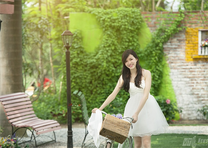 Cuối năm 2012, cô bạn này cũng đã tham gia thi cuộc thi Hoa hậu phụ nữ Việt Nam qua ảnh và lọt vong chung kết thi tại TPHCM.