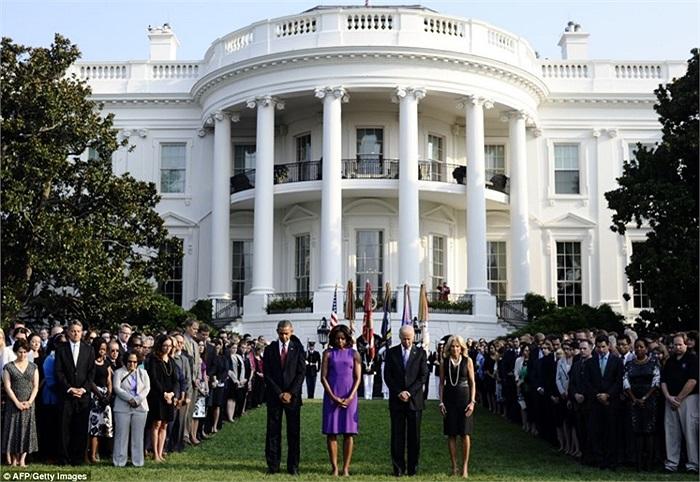 Tổng thống Barack Obama và Đệ nhất phu nhân Michelle Obama, Phó Tổng thống Joe Biden và phu nhân Jill Biden tại giây phút tưởng niệm các nạn nhân vụ khủng bố tại Nhà Trắng
