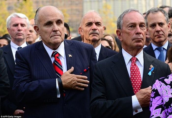 Cựu thị trưởng New York Rudy Giuliani (trái) và thị trưởng hiện tại Michael Bloomberg trong lễ tưởng niệm