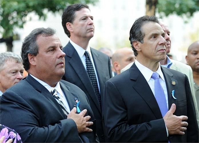 Thống đốc bang New Jersey Chris Christie (trái) và thống đốc New York Andrew Cuomo trong buổi tưởng niệm