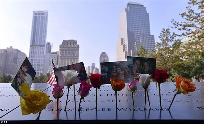 Hoa và những bức ảnh trong lễ tưởng niệm tại chân tháp WTC