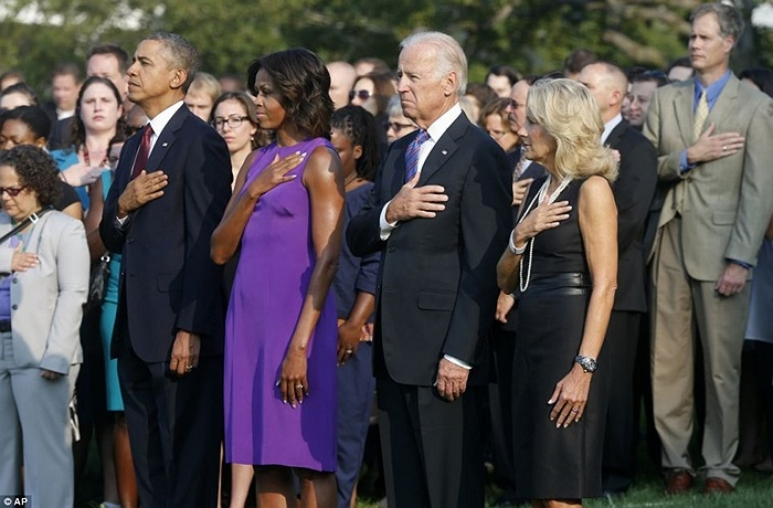 Tổng thống Barack Obama và Đệ nhất phu nhân Michelle Obama, Phó Tổng thống Joe Biden và vợ Jill Biden tại giây phút tưởng niệm các nạn nhân vụ khủng bố tại Nhà Trắng