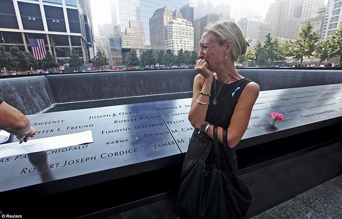 Carrie Bergonia nhìn tên vụ hôn phu của mình và khóc, anh là Joseph Ogren, lính cứu hỏa đã hi sinh khi làm nhiệm vụ ngày 11/9/2001