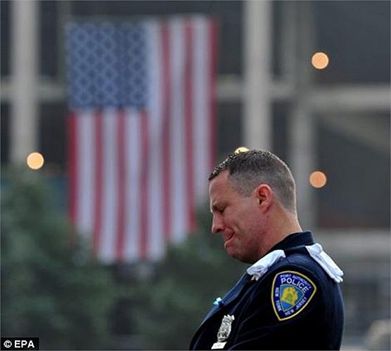 Nhân viên viên cảnh sát New York nghẹn ngào trong ngày kỷ niệm