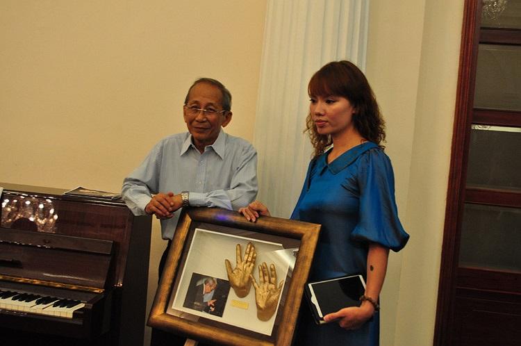 Nhiều nghệ sỹ, người nổi tiếng tại Việt Nam có bàn tay được triển lãm đã đến tham dự. Nhạc sỹ Nguyễn Ánh 9 (bên trái) thích thú và tự hào khi ông được tôn vinh trong dự án này